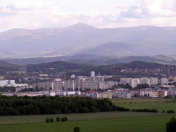 Budowa osiedla mieszkaniowego Zabobrze w Jeleniej Górze miała początkowo charakter doraźny. Planowano stworzenie jednostki całkowicie samodzielnej, zamkniętej przestrzennie i funkcjonalnie. Przesiedlenia z pobliskiej Miedzianki wymusiły rozbudowę osiedla.