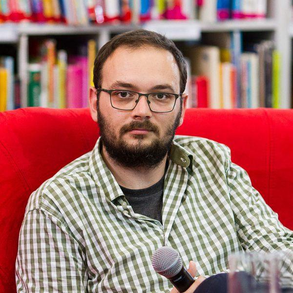 """Filip Springer podczas spotkania autorskiego w 2015 roku. Wydana po raz pierwszy w 2011 roku """"Miedzianka"""" stanowiła jego literacko-reporterski debiut."""