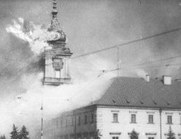 Płonący Zamek Królewski po ostrzale artylerii niemieckiej 17 września 1939 roku