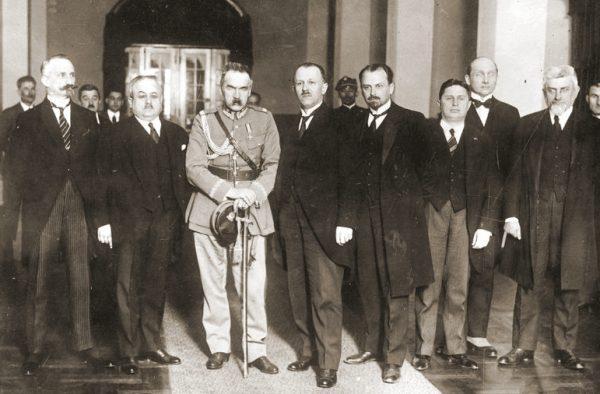 Pierwszy rząd Bartla został utworzony przez Piłsudskiego po zamachu majowym. Przetrwał zaledwie 3 tygodnie