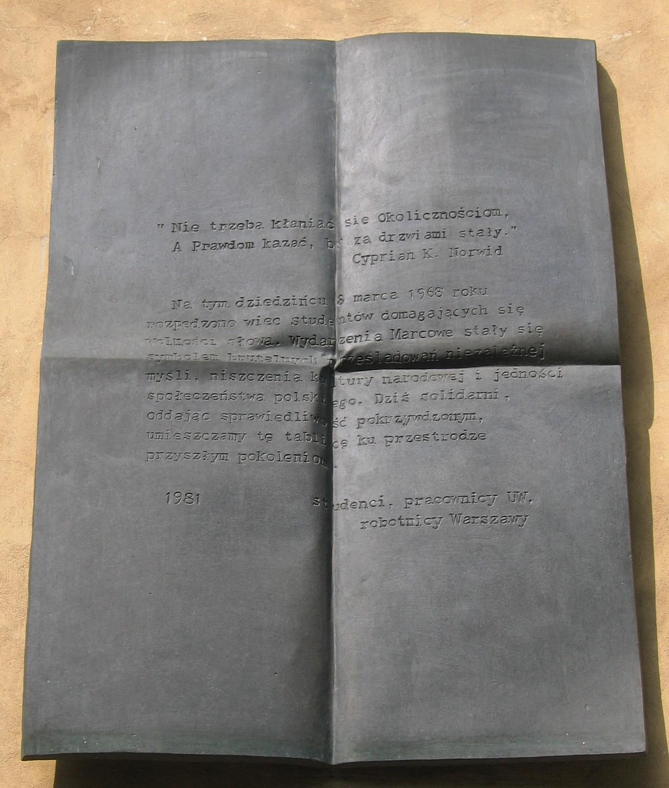 Tablica na dziecińcu Uniwersytetu Warszawskiego upamiętniająca wiec studentów domagających się wolności słowa w marcu 1968 roku.