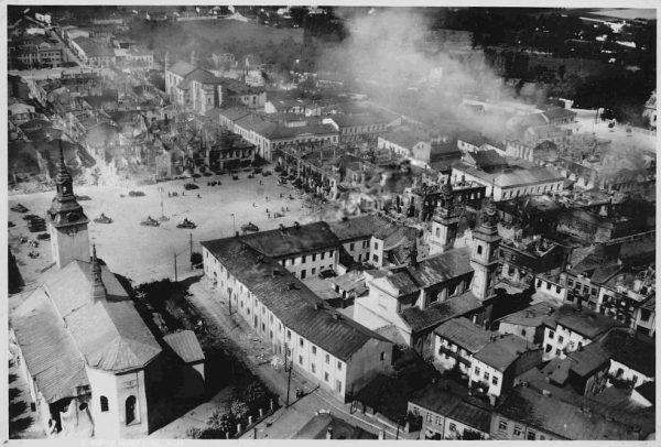 Na Wieluń spadły pierwsze niemieckie bomby podczas II wojny światowej. Bezbronne miasto zostało poważnie zniszczone.