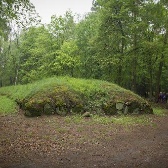W Polsce odkryto już wiele zabytków z okresu neolitu, ale badania w Stobnie mają szczególne znaczenie. Na zdjęciu kurhan znajdujący się w Parku Kulturowym w Wietrzychowicach.