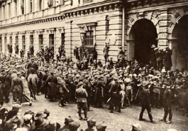 Krakowski strajk generalny został brutalnie spacyfikowany. Zginęło około 10 osób.