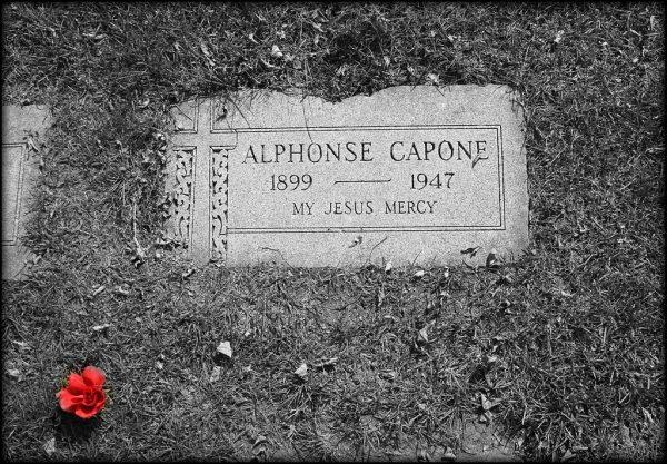 Grób Ala Capone na Cmentarzu w Mout Caramel w Hillside, leżącym na zachód od Chicago. 21 stycznia 1947 gangster doznał udaru mózgu, trzy dni później zachorował na zapalenie płuc i zmarł. Jak ogromny majątek pozostawił po sobie szef chicagowskiego Outfitu?