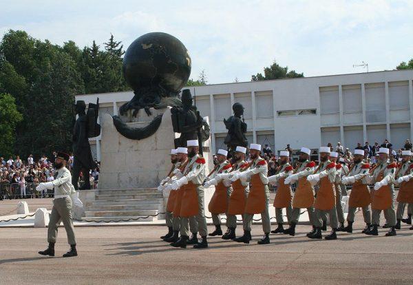 Saperzy Legii paradujący przed pomnikiem poległych. Kodeks Honorowy Legionisty zakładał walkę do końca, nawet za cenę własnego życia. Dlatego każdemu, który zginął na polu walki - przyjaciele broni musieli oddać należny mu hołd.