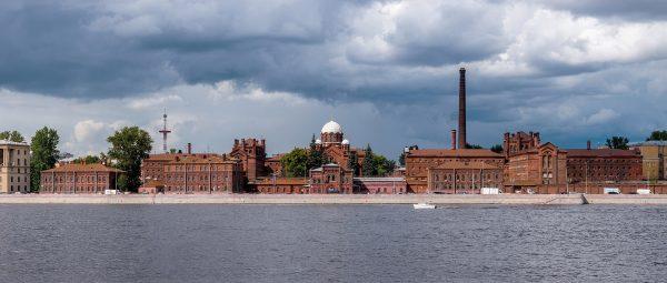Więzienie Kresty w Petersburgu wybudowane w latach 1884-1890. Podczas rewolucji 1905-1907 stało się zakładem karnym, w którym przebywali więźniowie polityczni. W okresie II wojny światowej funkcjonowało tu natomiast tajne biuro doświadczalno-projektowe OKB, gdzie projektowano nowe systemy broni na potrzeby wojennej marynarki.