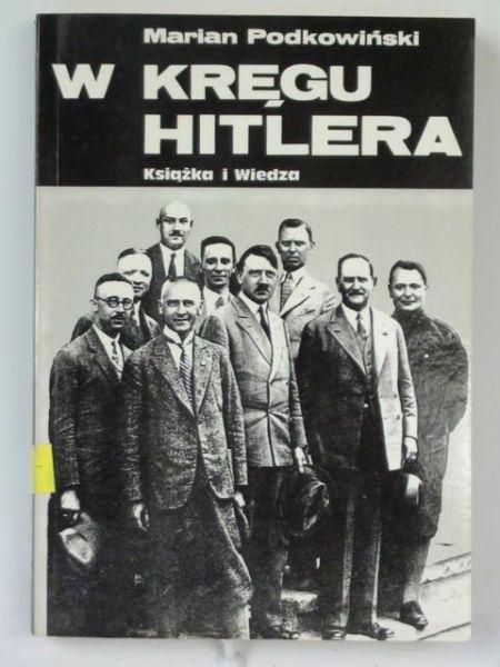 """Książka Mariana Podkowińskiego """"W kręgu Hitlera"""" zawiera zbiór feletionów poświęconych różnych ludziom z otoczenia wodza III Rzeszy. Można tu znaleźć także autentyczne wypowiedzi oraz fragmenty pamiętników i wspomnień."""