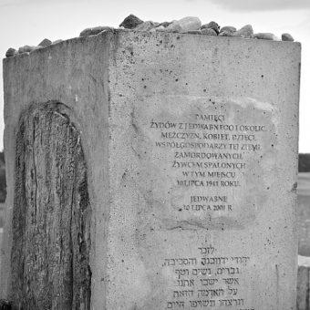 Fragment pomnika upamiętniającego pomordowanych Żydów z Jedwabnego.