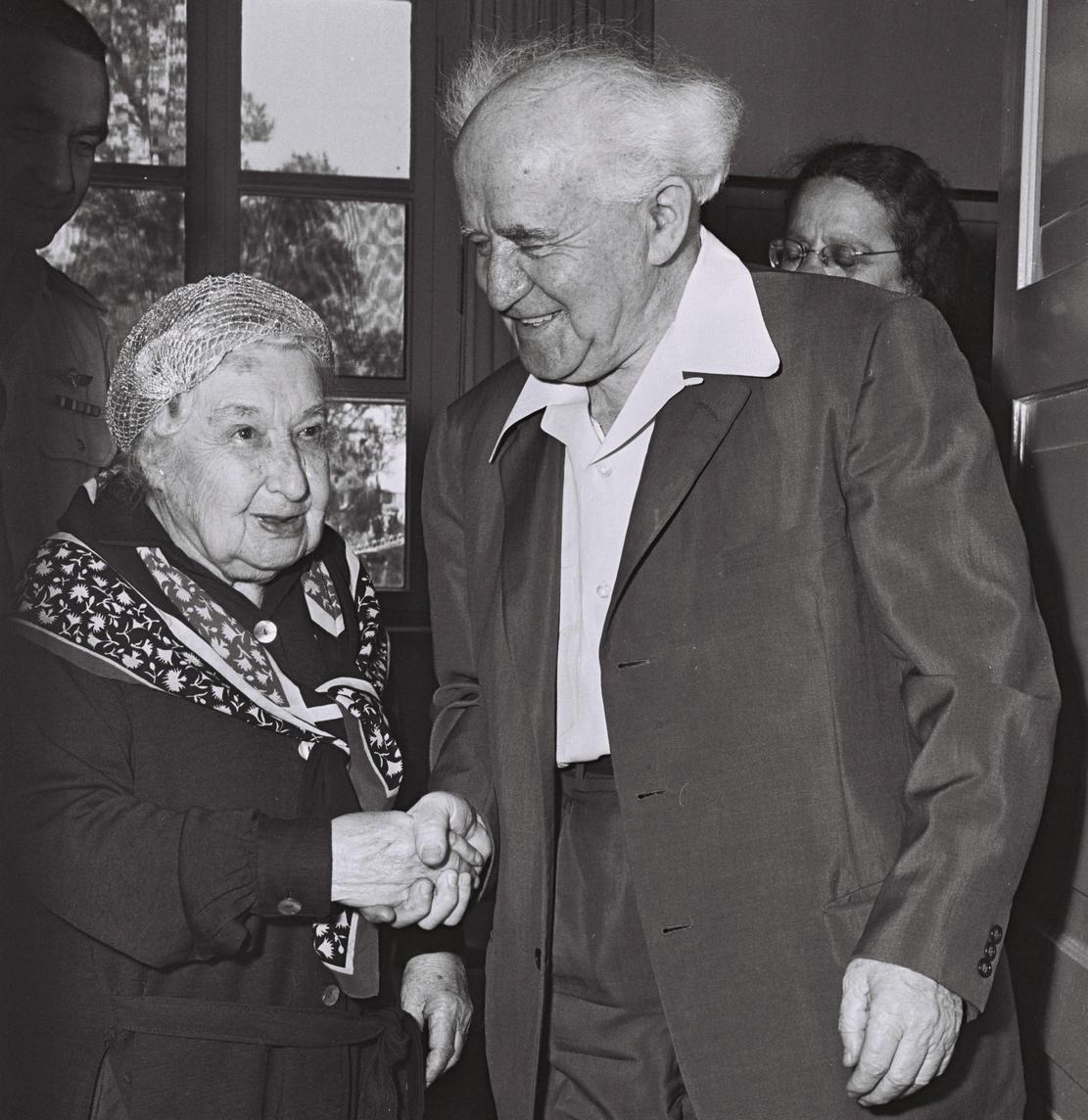 Choć Mussolini twierdził, że wolałby podrywać koczkodana, jego związek z Angeliką Bałabanow przetrwał dekadę. Na zdjęciu działaczka już jako staruszka wita się z premierem Izraela Dawidem Ben Gurionem. Fotografia pochodzi z Israel National Photo Collection.