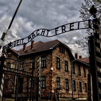 Wejście do obozu Auschwitz I w kwietniu 2014 roku.