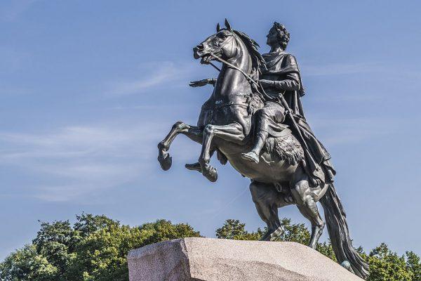 """Pomnik Piotra I w Petersburgu wykonany przez rzeźbiarza Étienne Maurice Falconeta. Od poematu Aleksandra Puszkina, nawiązującego do monumentu, został nazwany """"Jeźdźcem miedzianym"""". To dziś jeden z najbardziej znanych symboli miasta."""