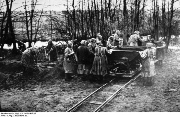 Obóz w Ravensbrück, niedaleko miejscowości Fürstenberg w Brandenburgii, został założony w listopadzie 1938 roku. Funkcjonował aż do końca wojny. Na zdjęciu widać więźniarki przy pracy w pierwszym roku działania obozu.