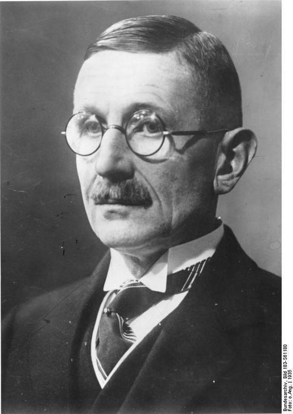 To m.in. w twórczości niemieckiego pisarza, Hansa Grimma, upatruje się dziś źródeł politycznych haseł nazistów, a w szczególności planu Lebensraum.