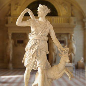 Artemida w Luwrze - rzymska kopia rzeźby Leocharesa.