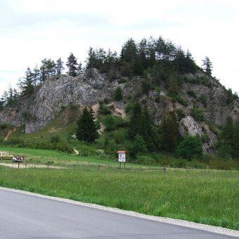Skała Obłazowa, w której znajduje się jaskinia. Widok w 2009 roku.