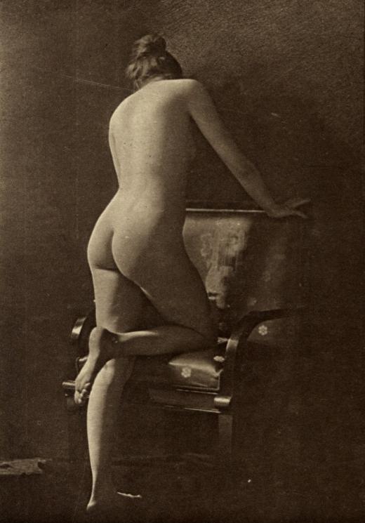 Przedwojenny akt. Kobieta oparta o krzesło.