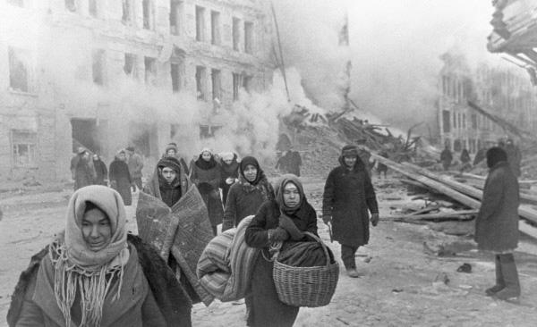 Obywatele Leningradu podczas 872-dniowego oblężenia. Ponad milion z nich zmarła...