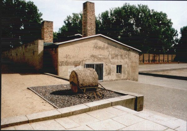 Od 1942 roku kobiety niezdolne już do pracy w obozie uśmiercano w pobliskich komorach gazowych lub za pomocą dosercowych zastrzyków fenolu. Pod koniec roku 1944 do użytku oddana została widoczna na zdjęciu komora gazowa, postawiona już w samym obozie. Zginęło w niej około 6 tysięcy osób.