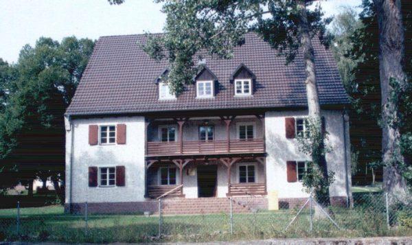 """Na fotografii mieszkalny budynek SS znajdujący się na terenie obozu. Kolejnymi komendantami stacjonującymi tu byli Günther Tamaschke, Max Koegel oraz Fritz Suhren. 30 kwietnia 1945 roku Armia Czerwona """"oswobodziła"""" więźniów."""