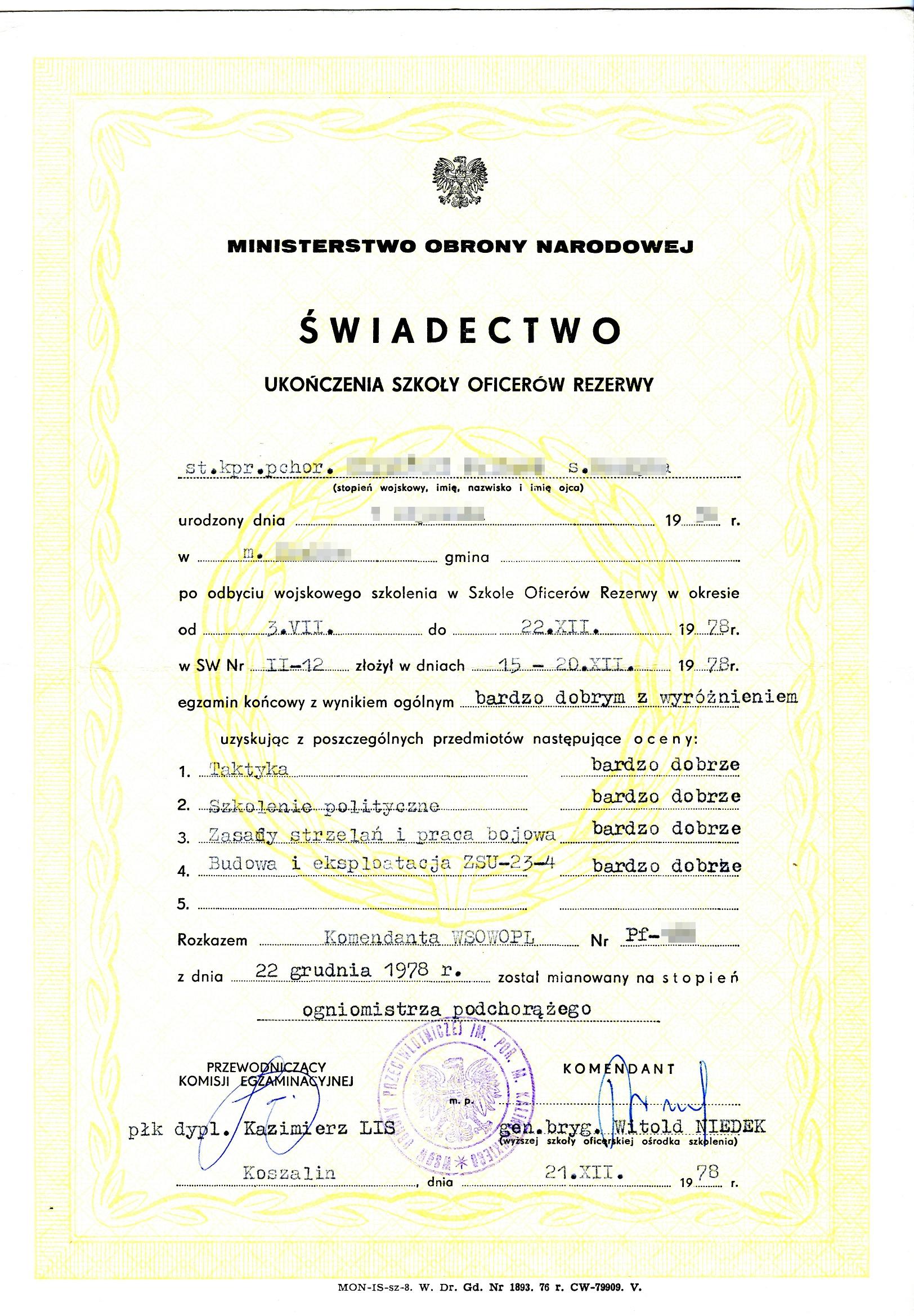 Tak wyglądało świadectwo ukończenia SOR-u, czyli Szkoły Oficerów Rezerwy. Do tych, organizowanych w latach 70-tych XX wieku, jednostek kierowano na obowiązkowe przeszkolenie wojskowe absolwentów wyższych uczelni cywilnych.