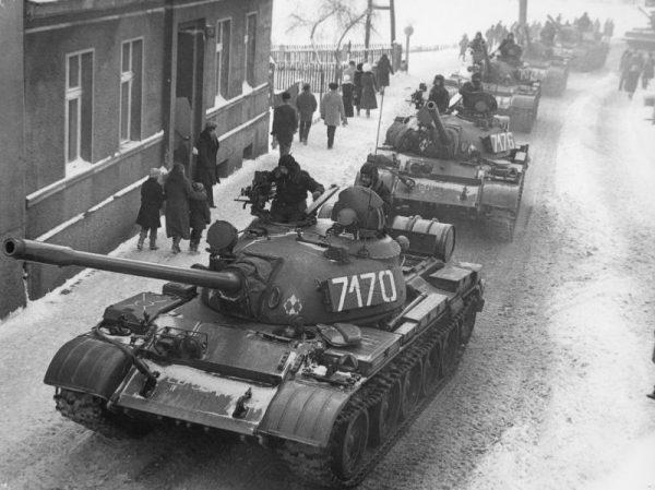 Ludowe Wojsko Polskie to powszechnie stosowana nieoficjalna nazwa polskich sił zbrojnych sformowanych w latach 1943-1944 w ZSRR oraz wywodzących się z nich Sił Zbrojnych PRL. Na zdjęciu widać czołgi T-55 LWP w czasie stanu wojennego w latach 1981-1983 w Zbąszyniu.