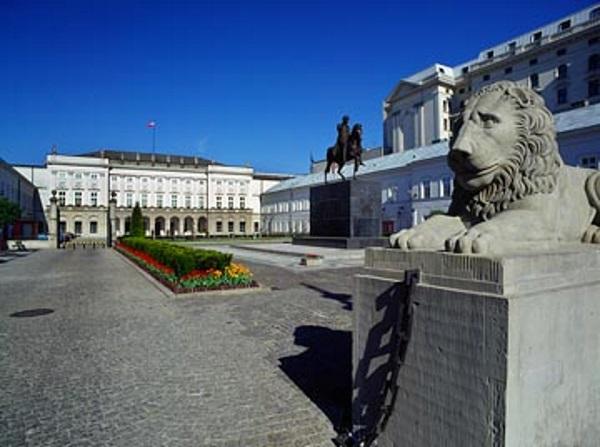 To w Pałacu Namiestnikowskim w Warszawie (obecnie Pałac Prezydencki) podpisano Pakt w 1955 roku, na mocy którego powstał Układ Warszawski. LWP było drugą co do wielkości armią tego Układu.