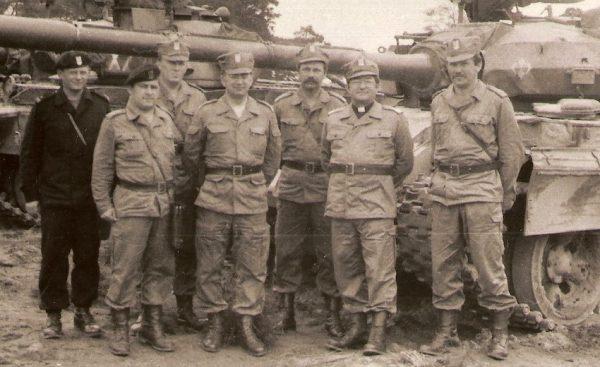 36. Pułk Zmechanizowany, będący częścią 8. Drezdeńskiej Dywizji Zmechanizowanej, składał się w głównej mierze z niewykształconych i słabo wyposażonych żołnierzy. Na zdjęciu członkowie pułku na poligonie drawskim w towarzystwie ks. bpa. gen. Sławoja Głódzia.