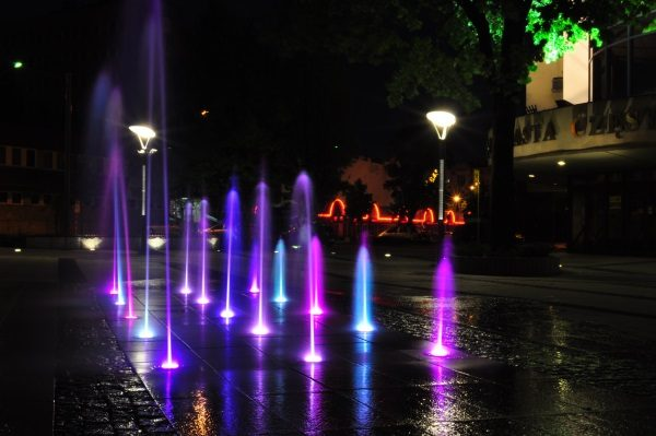 Częstochowa. Iluminowana fontanna przed Urzędem Miasta (zdjęcie opublikowane na licencji CC BY 3.0, autor Frees).