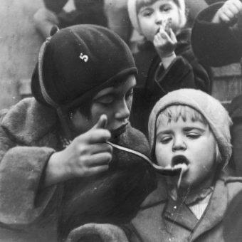 Kuchnia dla bezrobotnych w Katowicach. Dzieci podczas posiłku (zdj. domena publiczna).