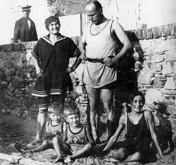 Sarfatti wpłynęła także na życie rodzinne kochanka, namawiając Mussoliniego do.... poślubienia innej kobiety. Duce z żoną Rachelą i trójką ich dzieci w 1923 roku.
