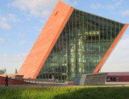 Siedziba Muzeum II Wojny Światowej w Gdańsku. (Zdjęcie opublikowane na licencji CC BY-SA 4.0, autor: Jroepstorff)
