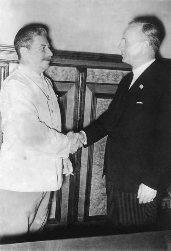 Spotkanie Józefa Stalina z Joachimem von Ribbentropem w Moskwie 23 sierpnia 1939 roku. (zdjęcie opublikowane na licencji CCA-BY SA 3.0, źródło: Bundesarchiv, Bild 183-H27337).