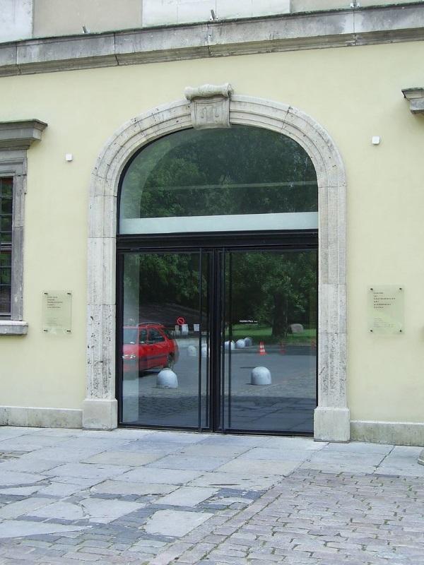 Wejście do Muzeum (zdjęcie: domena publiczna).