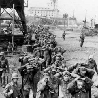 Udający się do niewoli obrońcy Składnicy Wojskowej na Westerplatte.