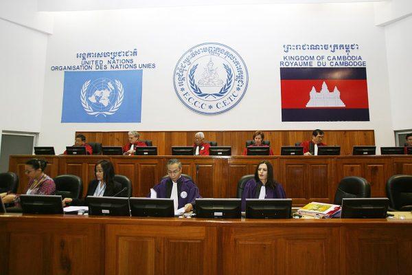 Posiedzenie Nadzwyczajnej Izby Sądu Kambodży utworzonej w 2003 roku. Powołana ona została specjalnie, aby osądzić zbrodnie popełnione przez reżim Czerwonych Khmerów. Pierwszy wyrok ws. ludobójstwa zapadł w 2010 roku.
