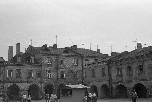 Badania nad bezrobociem prowadzono między innymi w Zamościu. Na zdjęciu tamtejszy rynek w 1977 roku.