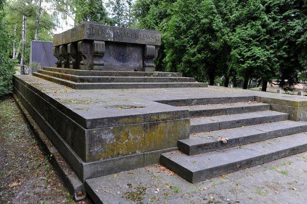 Grób Juliana Marchlewskiego na warszawskim Cmentarzu Wojskowym na Powązkach. Jeden z tych, które mogą wkrótce zniknąć.
