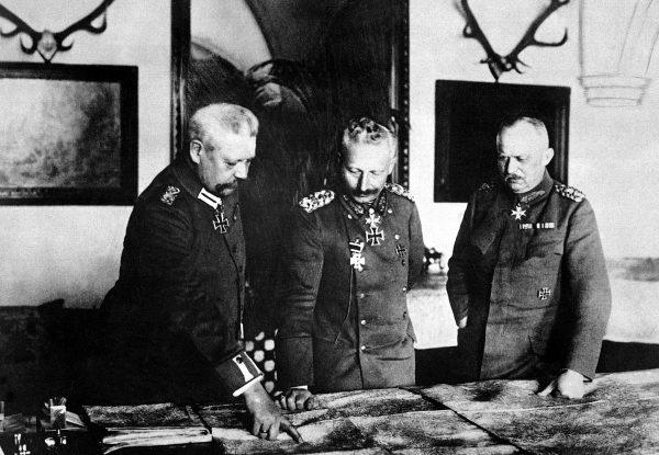 W obliczu patowej sytuacji na froncie cesarz Wilhelm II sięgnął po pokerową zagrywkę, wyciągając Lenina niczym asa z talii. Na zdjęciu z Hindenburgiem i Ludendorffem w Pszczynie opracowuje plany wojskowe.