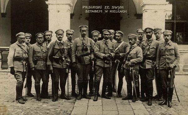 W wyniku weryfikacji prawie połowa oficerów musiała opuścić armię. Na zdjęciu pułkownik Józef Piłsudski ze swoim sztabem przed Pałacem Gubernialnym w Kielcach w 1914 roku.