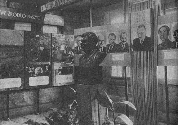"""Popiersie Stalina w Muzeum Lenina w Poroninie. Zdjęcie pochodzi z książki Edwarda Falkowskiego zatytułowanej """"Piękno Polski Ludowej"""" (Warszawa 1952)."""