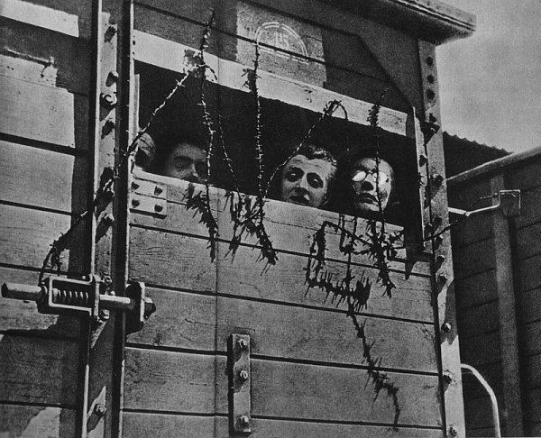 """Holokaust przeprowadzony przez niemieckich nazistów był szczegółowo zaplanowaną akcją. Zdjęcie, przedstawiające Żydów w wagonie towarowym w drodze do obozu Zagłady, pochodzi z książki J. Gumkowskiego i A. Rutkowskiego pt. """"Treblinka""""."""