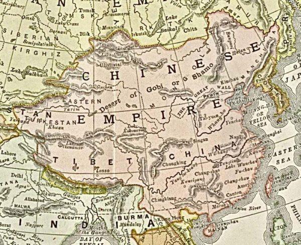 Państwo chińskie pod panowaniem dynastii Qing było terytorialnym mocarstwem. W połowie XIX wieku agresja mocarstw europejskich, znanych w historii jako trzy tzw. wojny opiumowe, doprowadziła do ustępstw Chin na rzecz innych państw, które zyskiwały coraz większe wpływy w Państwie Środka. Na ilustracji mapa z 1892 roku.