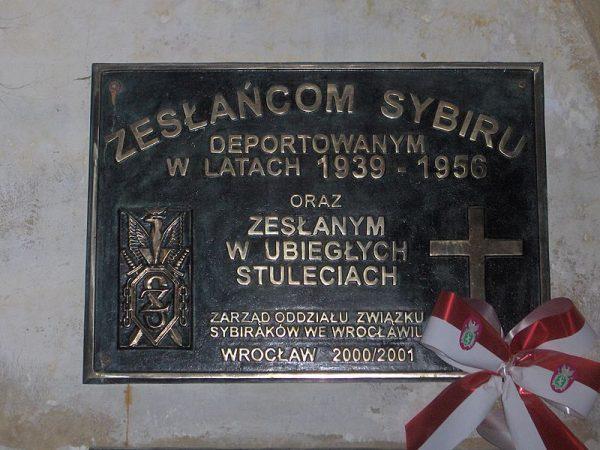 Tablica pamiątkowa poświęcona Zesłańcom Sybiru, znajdująca się w bazylice świętej Elżbiety we Wrocławiu. Nie tylko po powstaniu styczniowym wywieziono na Sybir wielu Polaków. II wojna światowa przyniosła kolejną falę zsyłek.