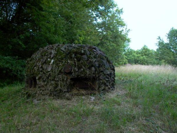 Linia Maginota, czyli francuskie fortyfikacje budowane i wzmacniane w latach 1929-1940 na wschodnich granicach państwa, stanowiła jeden z głównych punktów strategicznych w Europie. Podstawowymi jej elementami były tzw. grupy warowne (na zdjęciu) - obserwacyjno-bojowe kopuły pancerne. Nic dziwnego, że kradzież planów Linii Maginota była dla Niemiec kluczowa podczas II wojny światowej.
