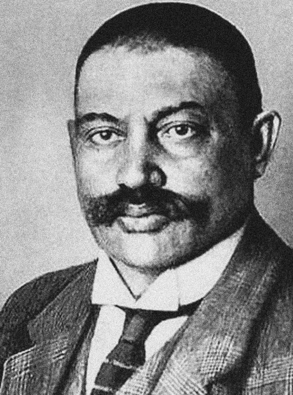 Jewno Azef były przywódcą rosyjskiej organizacji bojowej eserów (socjalistycznej partii politycznej założonej w 1901 roku), a jednocześnie wieloletnim agentem Ochrany, czyli tajnej policji politycznej w Imperium Rosyjskim. Zdemaskowany w 1908 roku uniknął jednak poważniejszych konsekwencji. Dopiero po wybuchu I wojny światowej jako terrorysta, potencjalnie zagrażający Niemcom, został uwięziony w Berlinie, gdzie wcześniej zbiegł.
