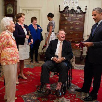Bush senior i Barack Obama w Białym Domu. (fot. domena publiczna, autor: Pete Souza)