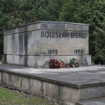 Czy grób Bieruta zostanie na Powązkach?