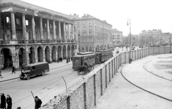Od getta moralnego naziści przeszli do tworzenia gett materialnych. Tak wyglądała Warszawa ok. 1941 roku podzielona murem getta.