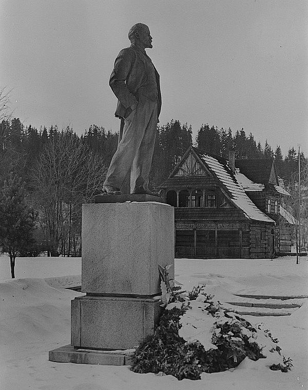 Pomnik Lenina, znajdujący się niegdyś przed karczmą, w której obradowali w 1913 roku bolszewicy. Zdjęcie z 1965 roku.